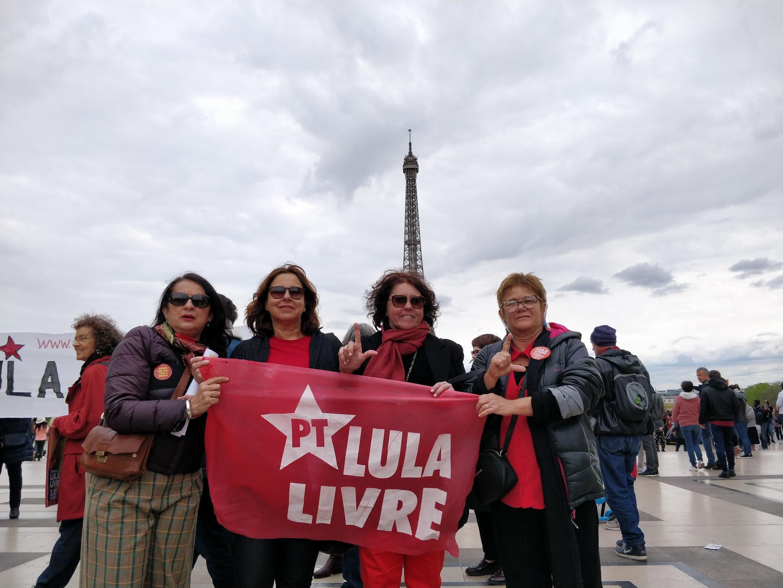 """Manifestantes mostram faixa """"Lula Livre"""" em Paris"""