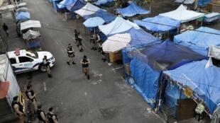 Nhân viên bảo vệ đi tuần tra gần một khu chợ ở Rio de Janeiro, Brazil, ngày 12/05/2020