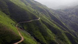 Une route serpentant le flanc d'une colline dans le Sud-Kivu.
