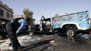 Un policía inspecciona el lugar de un atentado en Kirkouk, el luens 15 de agosto de 2011.