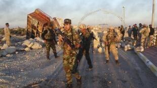 Soldados iraquianos tomando o centro da cidade de Ramadi.