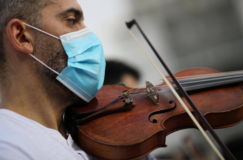 Festa da música coronavirus 2020-05-21T165859Z_1678195456_RC24TG9JS7FA_RTRMADP_3_HEALTH-CORONAVIRUS-GREECE-MUSIC