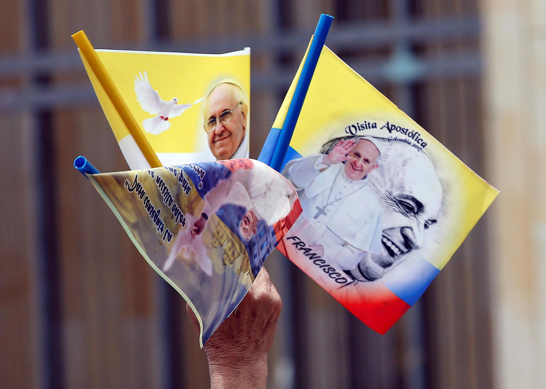 Banner có hình giáo hoàng Phanxicô được bán bên ngoài nhà thờ lớn Bogota, trên quảng trường Bolivar, Colombia, ngày 03/09/2017.