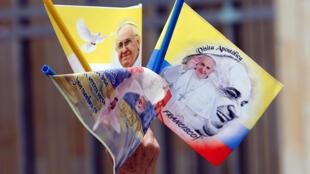 Vendedor de bandeiras com a imagem do Papa Francisco junto à Sé de Bogotá a 3 de Setembro de 2017.