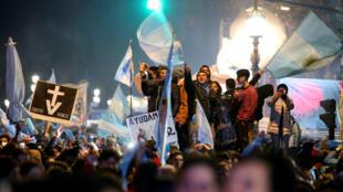 فعالان مدنی ضد سقط جنین، رد شدن لایحۀ قانونی شدن سقط جنین توسط پارلمان این کشور را جشن میگیرند. پنجشنبه ۱۸ مرداد/ ٩ اوت ٢٠۱٨