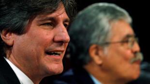 El exvicepresidente Amado Boudou junto al también exministro de Planificación federal, Julio De Vido (d) durante una conferencia de prensa el 16 de noviembre de 2011 en Buenos Aires.