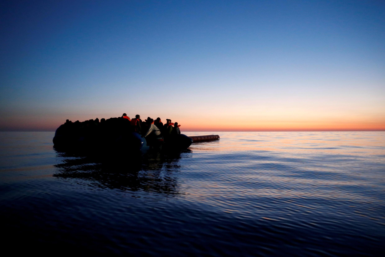 Des migrants attendent d'être secourus au large de la Libye, le 15 avril 2017.
