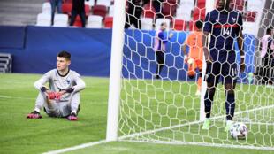 La déception du gardien de but de l'équipe de France, Illan Meslier, et du milieu de terrain, Aurélien Tchouaméni, après la défaite, 2-1 face aux Pays-Bas, en quart de finale de l'Euro-Espoirs, le 31 mai 2021 à Budapest