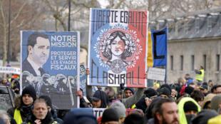 """یکی از شعارهای تظاهرات روز شنبه ١٩ ژانویه: """"آزادی، برابری، گلولۀ پلاستیکی (فلش بال)"""""""