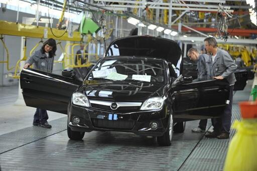 Des employés de l'entreprise automobile Heuliez travaillent dans les ateliers de production de l'usine à Cerizay, le 25 mars 2009.