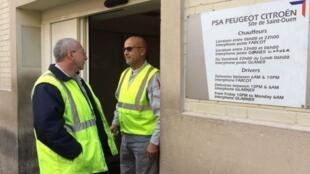 Sur le site de l'usine PSA de Saint-Ouen, les salariés s'inquiètent du sort de leur entreprise qui va fermer ses portes en raison de la construction prochaine d'un Centre hospitalier universitaire.