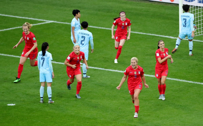 Nữ cầu thủ Mỹ Lindsay Horan vui mừng sau bàn thắng thứ ba của đội tuyển Mỹ (áo đỏ) trước đối thủ Thái Lan trên sân vận động thành phố Reims (Pháp) ngày 11/06/2019. Đội Mỹ đã lập kỷ lục về tỷ số bàn thắng tại Cúp Thế Giới sau khi thắng Thái Lan 13-0.