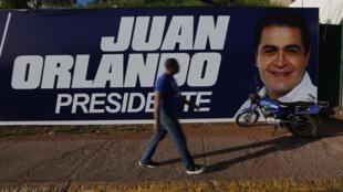 Afiche de campaña de Juan Orlando Hernández, en Tegucigalpa.