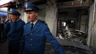 Des policiers devant la boutique de téléphones mobiles saccagée du groupe Egyptien Orascom à Alger, le 16 novembre 2009.