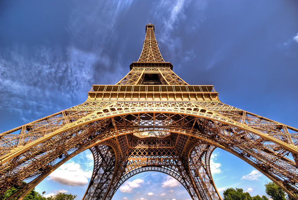 Свой сегодняшний цвет Эйфелева башня приобрела в 1968 году