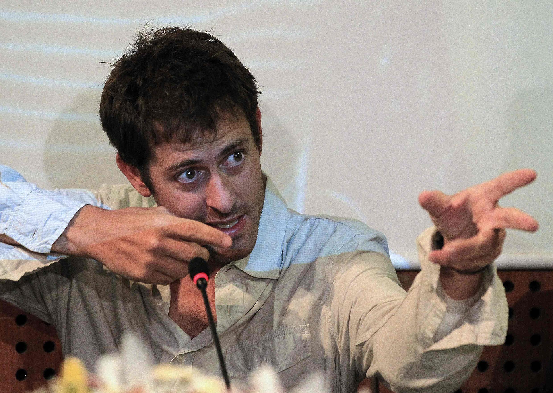 Roméo Langlois gesticula durante a coletiva de imprensa concedida em Bogotá, no dia 31 de maio de 2012