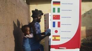 Un bureau de vote de l'école Federico Mayor, à Conakry...