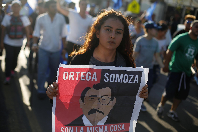 Une manifestante défile à Managua pour protester contre la violence policière et le gouvernement Ortega, le 23 avril 2018.