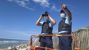 Patrouille de gendarmes sur la plage Saint-Gabriel au sud de Boulogne-sur-Mer.