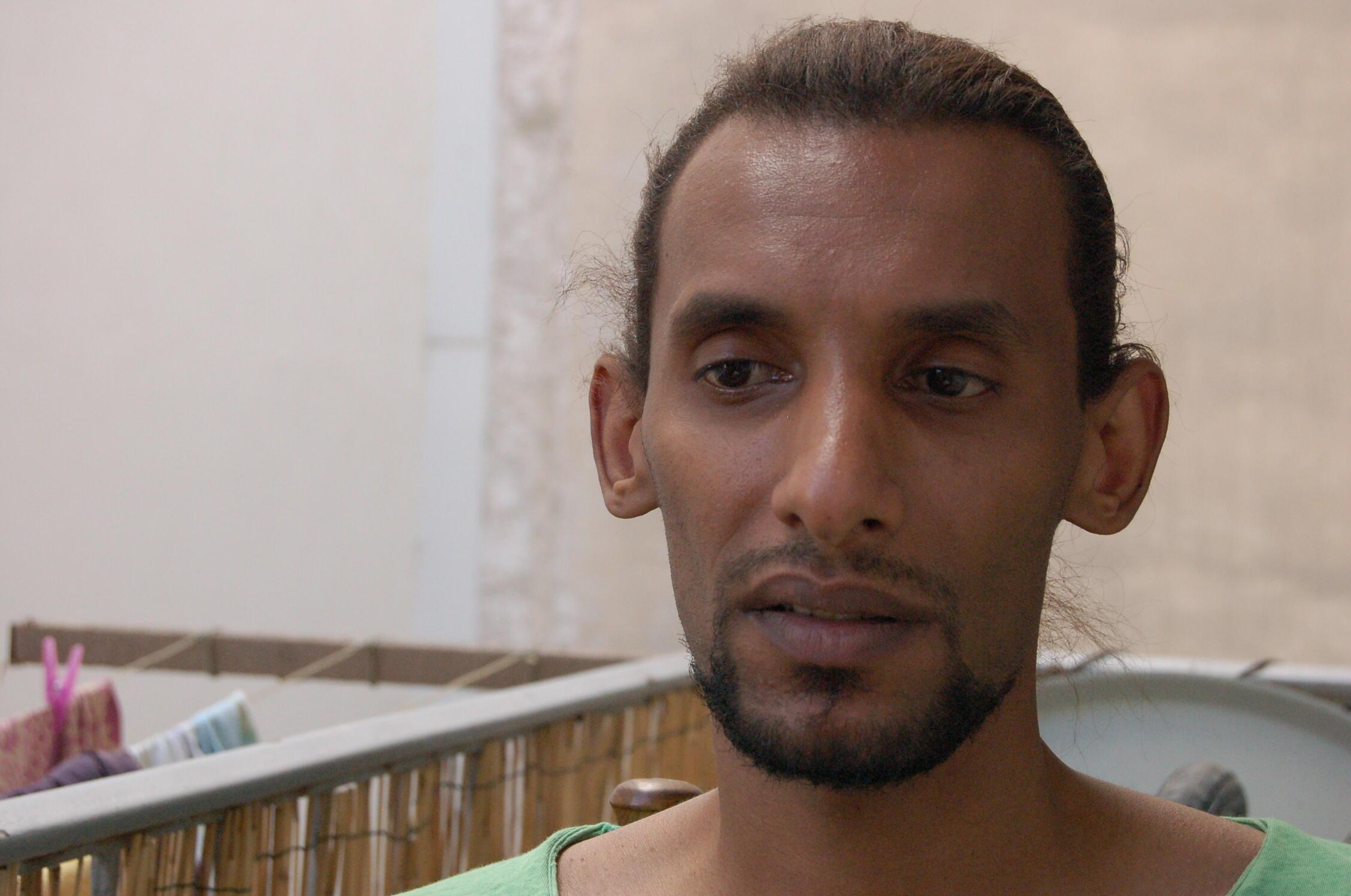 Saleh Ibrahim, jeune somalien de 26 ans, est victime de ces violences racistes. Il s'est fait cassé le bras par un groupe de six personnes.