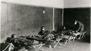 Pacientes com gripe espanhola no hospital das forças armadas em 7 de dezembro de 1918.