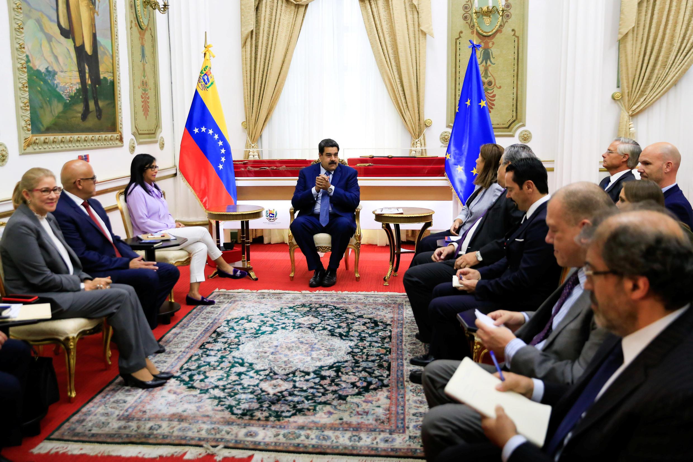 Des ambassadeurs de l'Union européenne avec le président vénézuélien Nicolas Maduro, à Caracas le 18 janvier 2019.