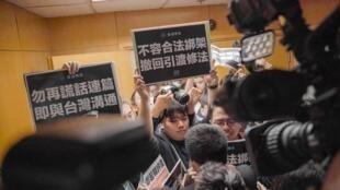 2019年3月12日,香港众志向官员抗议港府修订条例,容许中国引渡在港疑犯受审