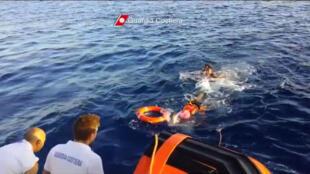 Equipes de resgate em busca de imigrantes do naufrágio de Lampedusa em 3 de outubro de 2013.
