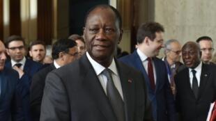Le président ivoirien Alassane Ouattara entouré d'hommes d'affaires français au palais présidentiel, ce 28 avril 2016 à Abidjan.