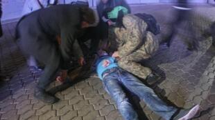 Первая помощь раненому участнику манифестации на Майдане Незалежности в Киеве 30/11/2013