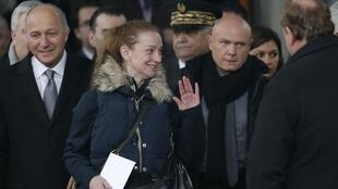 Florence Cassez (C) with French Foreign Minister Laurent Fabius (L) and officials at Charles de Gaulle Airport