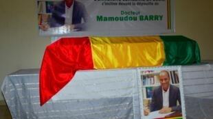 Le cercueil de Mamoudou Barry recouvert du drapeau guinéen le 4 août 2019.