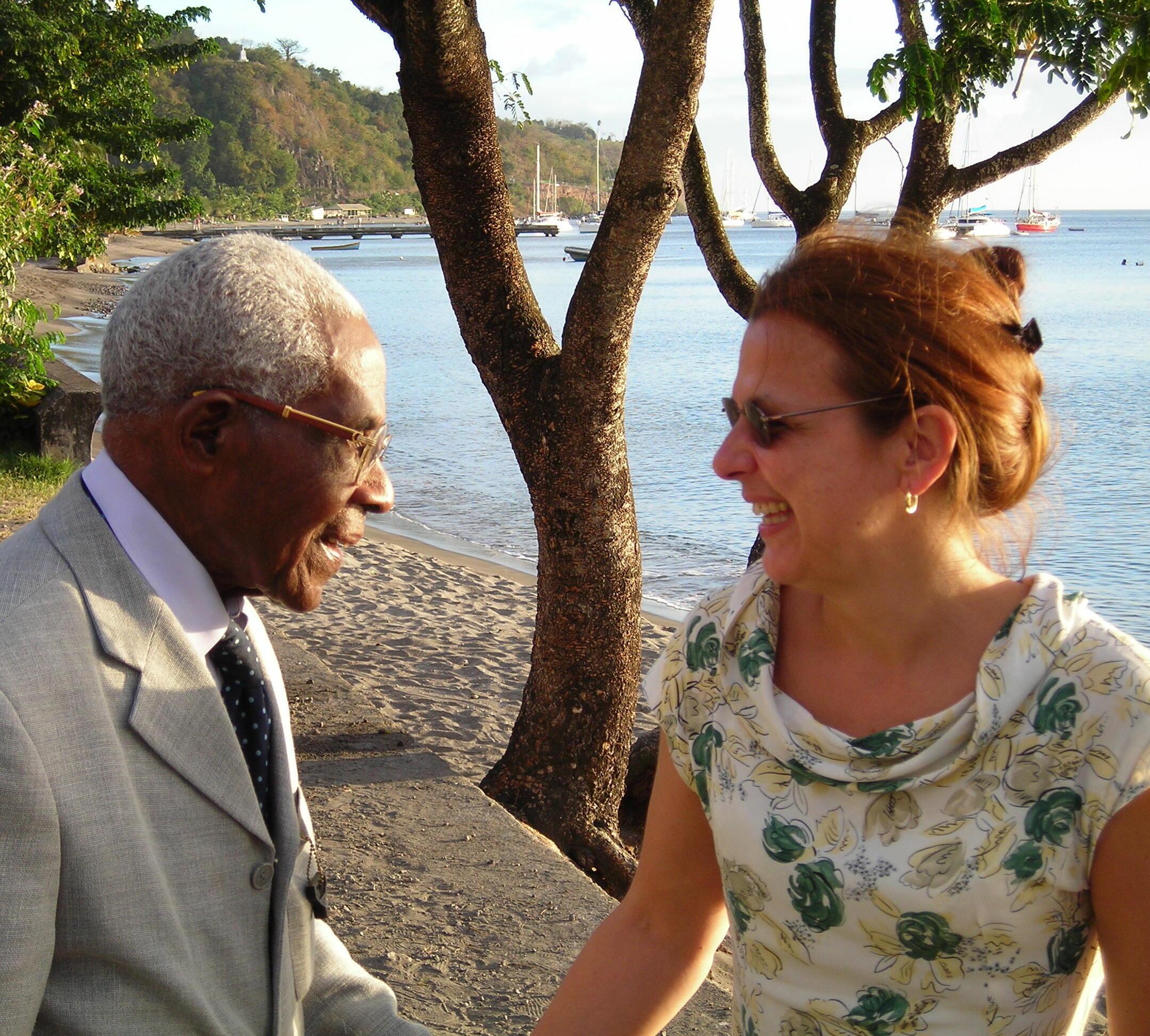 Aimé Césaire en 2006, avec Kora Véron, l'auteur des Ecrits de Césaire, une Biobibliographie commentée