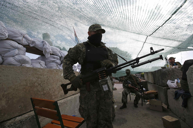 Rebelde russo em Slaviansk, no leste da Ucrânia