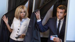 O presidente francês Emmanuel Macron a primeira-dama, Brigitte, votam na cidade Le Touquet, onde possuem uma propriedade.