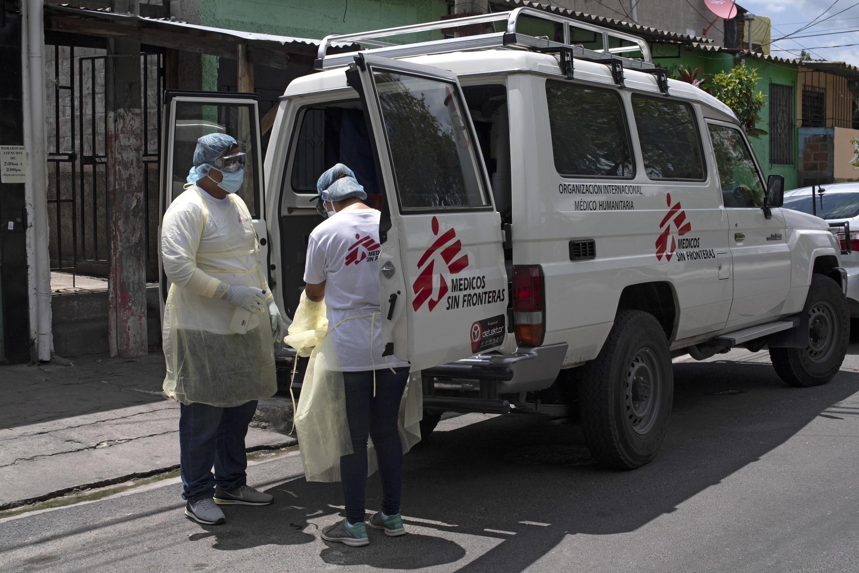 Paramédicos de la organización Médicos Sin Fronteras (MSF) se desinfectan entre sí después de asistir a un paciente sospechoso de padecer covid-19 en Ilopango, El Salvador el 30 de julio de 2020.