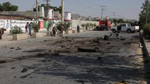 Personal de seguridad corta el lugar donde un minibús fue alcanzado por una explosión que mató al menos a cuatro personas, según la policía afgana, el 3 de junio de 2021 en Kabul