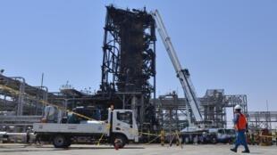 Ataque a uma refinaria provocou o corte imediato de metade da produção petrolífera saudita.