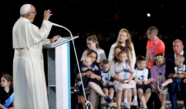 """روز یکشنبه نیز پاپ در دیدار از شهر ناک در غرب ایرلند برای """"گناهکاران این پرونده خیانت"""" طلب آمرزش کرد."""