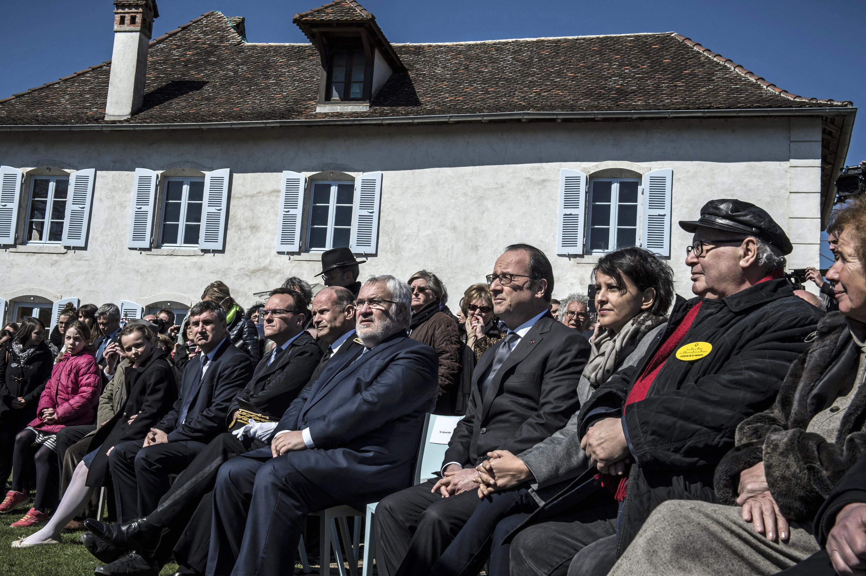 Президент Франсуа Олланда в мемориале Изьё 6 апреля 2015.