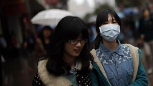 Surgimento de casos de novo tipo de gripe aviária assustam chineses. 14 pessoas já morreram no país.
