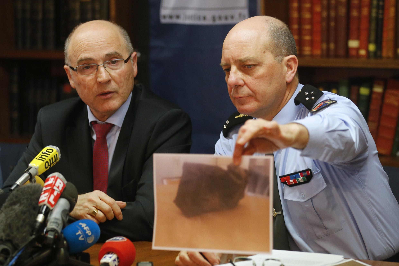 O procurador responsável pelas investigações, Brice Robin (E), e o general David Galtier mostram uma foto da segunda caixa-preta do avião da Germanwings nesta quinta-feira (2).