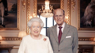 Rainha Elizabeth II e Príncipe Philip posam para retrato oficial divulgado para comemorar bodas de platina do casal.
