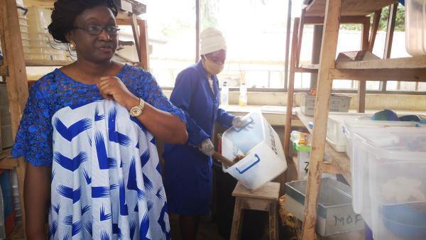La professeure Olajumoke Morenikeji  dans un laboratoire du département  zoologie à l'Université d'Ibadan.