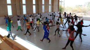 Deux fois par semaine, des enfants de Toubab Dialaw viennent apprendre à danser à l'Ecole des Sables, gratuitement.