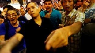 香港反佔領人士抗議示威者在旺角購物區設路障2014年10月23日。