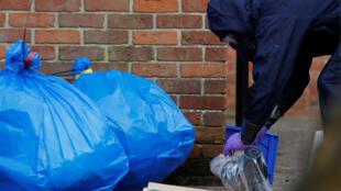 250 poliicias britânicos buscam traços do veneno utilizado contra o ex-espião russo e sua filha.