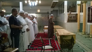 Wasu Musulmi lokacin da su ke tsaka da Sallah a babban masallachin birnin Nice na Faransa.