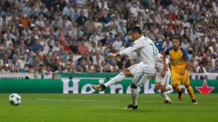 Cristiano Ronaldo lokacin da yake zura kwallo ta biyu a ragar kungiyar Apoel, a Gasar Zakarun Nahiyar Turai.