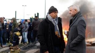 Emmanuel Guimarães (E), delegado nacional da FO, a falar com Jean-Paul Chapu (D), director da prisão de Alençon, durante protesto dos guardas prisionais. 6 de Março de 2019.